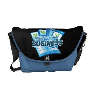 um Geschäfts-dunklem/blauem Boten kümmernd, Kurier Taschen