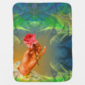 umfassende Hand des Babys, die eine Rose hält Babydecken