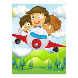 Un avion avec trois enfants espiègles cartes postales