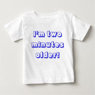 Un garçon jumeau plus âgé… je suis deux minutes t-shirt pour bébé