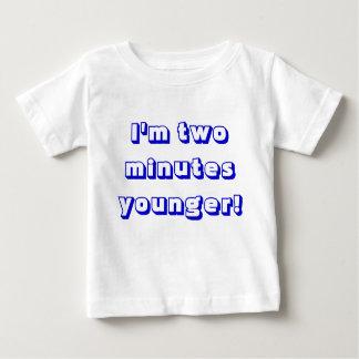 Un plus jeune jumeau de garçon… je suis deux t-shirt pour bébé