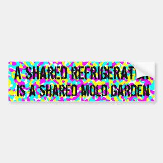Un réfrigérateur partagé est un jardin partagé de  autocollant de voiture