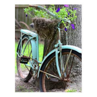 Une bicyclette dans le jardin carte postale