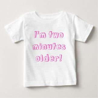 Une fille jumelle plus âgée… je suis deux minutes t-shirt pour bébé