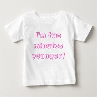 Une plus jeune fille jumelle… je suis deux minutes t-shirt pour bébé
