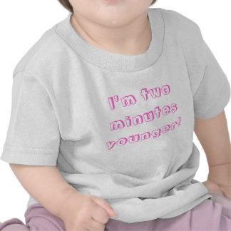 Une plus jeune fille jumelle… je suis deux minutes t-shirt
