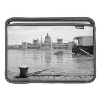 Ungarisches Parlaments-Gebäude über Fluss Donau MacBook Air Sleeve