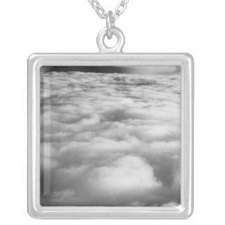 Unheimliches cloudscape am Sonnenaufgang Versilberte Kette