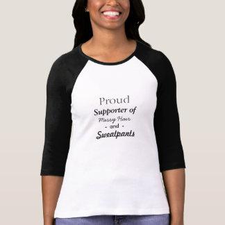 Unordentliches Haar und Sweatpants T-Shirt