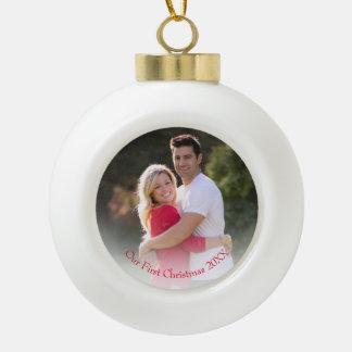Unsere erstes Weihnachtsrote Jahr-Foto-Verzierung Keramik Kugel-Ornament