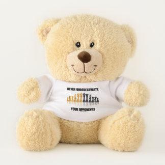 Unterschätzen Sie nie Ihre Gegner-Schach-Haltung Teddybär
