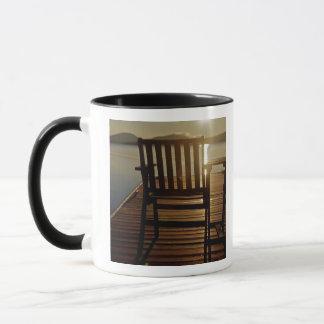 USA, Maine, Rockwood. Ein Stuhl mit Blick auf Tasse