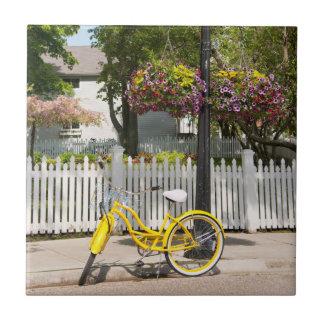 USA, Michigan, Mackinac Insel. Gelbes Fahrrad Keramikfliese