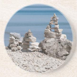USA, Michigan. Steintürme auf dem Strand Untersetzer