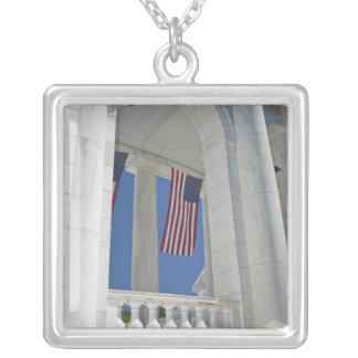 USA, VA, Arlington. Amerikanische Flaggen werden Versilberte Kette