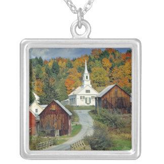 USA, Vermont, wartet Fluss. Herbstlaub fügt hinzu Versilberte Kette