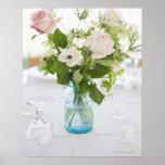 Vase de roses sur la table de dîner d'ensemble ave poster