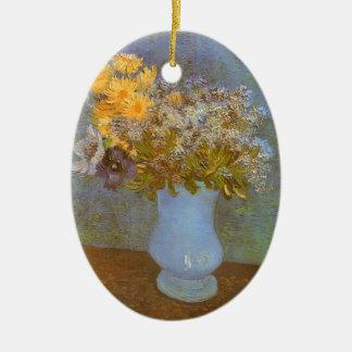Vase mit Fliedern und Gänseblümchen durch Vincent Ovales Keramik Ornament