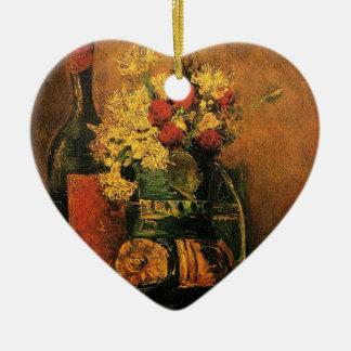 Vase mit Gartennelken und Rosen und eine Flasche Keramik Herz-Ornament