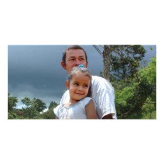 Vater, der Tochter im Park hält Photokartenvorlagen