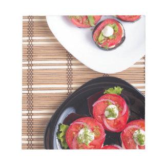 Vegetarischer Teller der gedämpften Aubergine und Notizblock