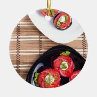 Vegetarischer Teller der gedämpften Aubergine und Rundes Keramik Ornament
