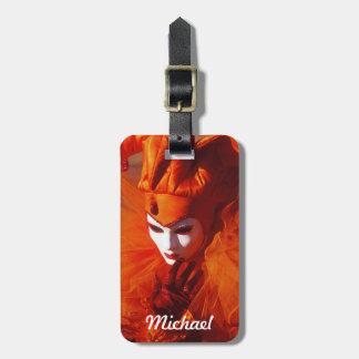 Venezianischer Karnevals-Charakter im orange Gepäckanhänger