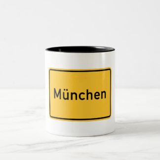 Verkehrsschild Münchens, Deutschland Zweifarbige Tasse