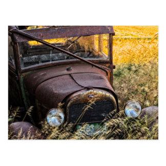 Verlassenes altes Auto im hohen Gras Postkarte