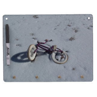 Verlassenes Fahrrad Trockenlöschtafel Mit Schlüsselanhängern