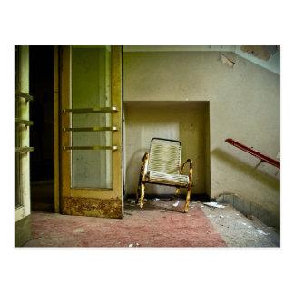 Verlassenes Gebäude mit leerer Stuhl-Postkarte Postkarte