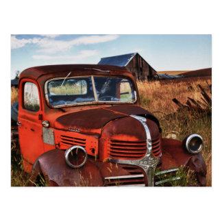 Verrostender orange Dodge-LKW mit verlassenem Postkarte