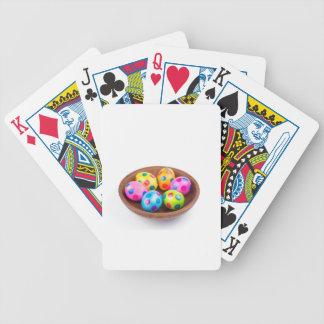 Verschiedene gemalte HuhnOstereier in der Pokerkarten