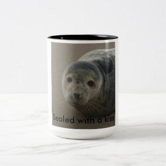 Versiegelt mit einem Kuss. Niedliche graue Zweifarbige Tasse