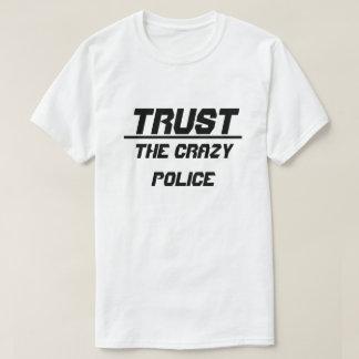 Vertrauen Sie der verrückten Polizei T-Shirt