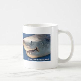 Vertrauen Sie nie einem lächelnden Haifisch Kaffeetasse