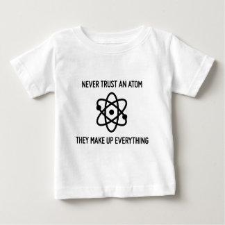 Vertrauen Sie nie einer lustigen Wissenschaft des Baby T-shirt