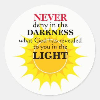 Verweigern Sie nie in der Dunkelheit Runder Aufkleber