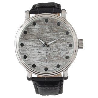 Verwitterte graue Farbe auf hölzerner Uhr Uhr
