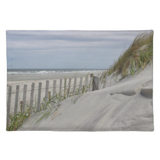 Verwitterter Zaun und Sanddünen am Strand Stofftischset