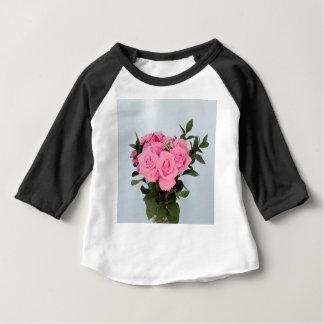 Vibrierender Blumenstrauß der schönen rosa Rosen Baby T-shirt