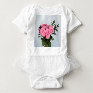 Vibrierender Blumenstrauß der schönen rosa Rosen Babybody