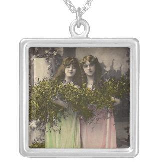 Viktorianische Damen mit Blumen im Friedhof Versilberte Kette