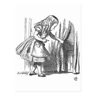 Vintage Alice im Wunderland, die nach der Tür Postkarte