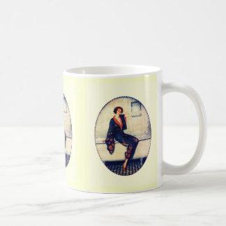 Vintage Dame im Badezimmer Kaffeetasse