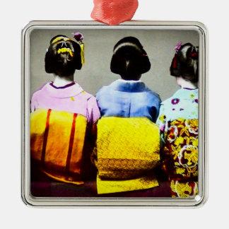 Vintage Geishas in bunten Kimonos und in Obis 2 Quadratisches Silberfarbenes Ornament