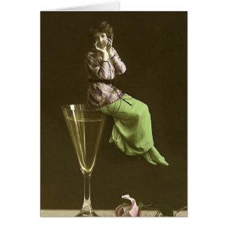 Vintage Mädchen oben auf Wein glas Grußkarte
