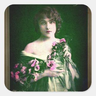 Vintage romantische Dame mit rosa Blumen-Aufkleber Quadratischer Aufkleber