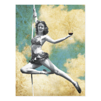 Vintage Trapeze-Frau mit Wein Postkarte