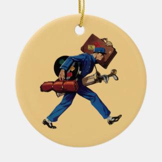 Vintager Bellhop in der Uniform und in tragendem Rundes Keramik Ornament
